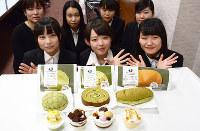 ローソンと開発した7種類のスイーツをPRする島根県立大短期大学部の女子学生たち=長宗拓弥撮影