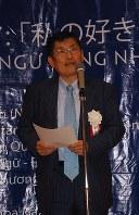 あいさつする学生サポートセンターの田中理事長