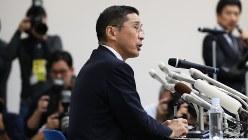 新車の無資格検査問題で記者会見に臨む西川広人社長=2017年10月19日、小出洋平撮影