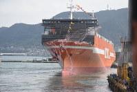 約520人が見守る中、進水した貨物船「ましう」