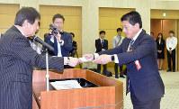当選証書を受け取る平井卓也氏=香川県庁で、小川和久撮影