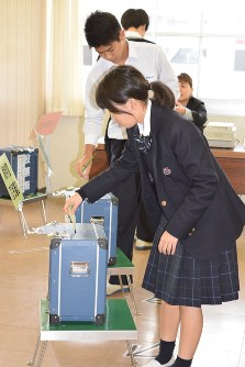 In this Oct. 20, 2017 file photo, voting-age high school students cast ballots at an advance polling station in their school, in Minamiawaji, Hyogo Prefecture. (Mainichi)