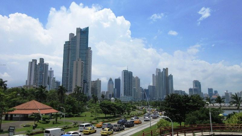 摩天楼がそびえるパナマ市街。右手は太平洋(写真は筆者撮影)