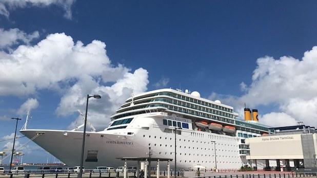 那覇港に停泊するクルーズ船