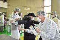 放射性物質の検査をする訓練=むつ市内で