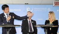 体操の世界選手権開幕前の記者会見で、親善大使のコマネチさん(右)を紹介する渡辺会長(左)=モントリオールで2017年10月1日、田原和宏撮影
