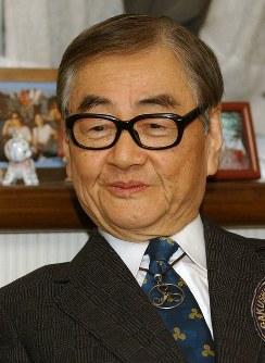 篠沢秀夫さん=東京都新宿区の自宅で2003年12月25日、武市公孝撮影
