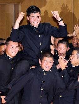 日本ハムに指名され、野球部員が組んだ騎馬にまたがって笑顔の早稲田実高の清宮幸太郎内野手(中央)=東京都国分寺市で2017年10月26日午後6時35分、小川昌宏撮影
