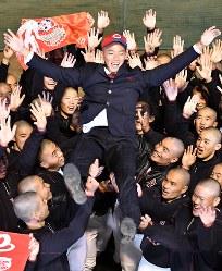 広島から1位で指名を受け、チームメートに胴上げされる広陵の中村奨成選手(中央)=広島市安佐南区で2017年10月26日午後5時48分、猪飼健史撮影