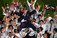ロッテに1位で指名されチームメートから胴上げされる履正社の安田尚憲選手=大阪府豊中市で2017年10月26日午後6時11分、大西岳彦撮影