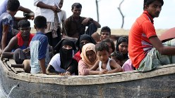 船で避難するミャンマーの少数派イスラム教徒「ロヒンギャ」の人々=2017年10月4日、宮武祐希撮影