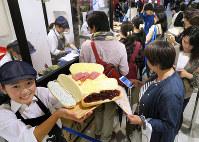 人気のコッペパン専門店。夕方には長い行列ができる=名古屋市中村区の名鉄百貨店本店で2017年10月13日、片山喜久哉撮影