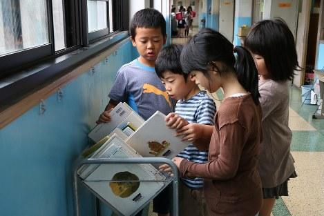 朝の読書時間を前に本を選ぶ子どもたち=京都市立宇多野小学校で、池乗有衣撮影