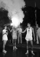 聖火はタイに到着。バンコク市内で聖火の中継をするリレー走者=タイで 1964年8月31日、橋本紀一特派員撮影