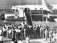 本土に向け出発するYS-11「聖火号」の機内に入る聖火=沖縄・那覇空港で 1964年9月9日、津川政二郎撮影