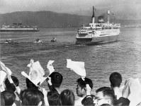盛んな見送りの中、聖火を乗せて函館を離れる青函連絡船「津軽丸」=北海道函館市で 1964年9月17日撮影
