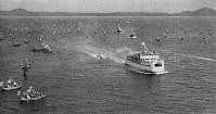 聖火は熊本から島原へ、「満船飾」を施した約500隻の漁船に迎えられ有明海を渡る聖火を乗せたフェリー=長崎県の島原外港で 1964年9月13日午後3時40分、本社機「オリオン号」から撮影