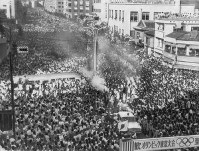 大群衆に埋まり、立ち往生する聖火=長崎市の長崎県庁前で 1964年9月14日撮影