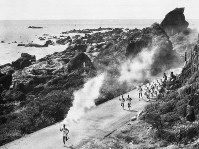 室戸岬突端を走る聖火=高知県室戸市で 1964年9月17日午前9時48分撮影