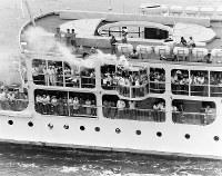 「こんぴら丸」のデッキから聖火の白煙が立ち昇る=香川県の直島水道で 1964年9月21日、本社機から片山英一郎撮影