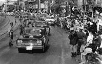 台風20号の影響で神戸から大阪まで、走者によるリレーは中止され聖火は自動車で運ばれた=兵庫県尼崎市の左門殿橋中継所で 1964年9月25日、奥田進晤撮影