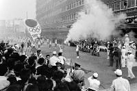 大勢の市民が待つ、天王寺駅前の中継地点に到着した聖火。一路和歌山市を目指す=大阪市天王寺区で 1964年9月26日、橋本紀一撮影