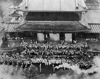 聖火は京都に入り、東本願寺前で聖火リレーの引継ぎが行われた=京都市で 1964年9月28日、本社ヘリ「かもめ号」から撮影
