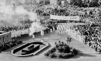金沢市から富山県庁に到着した聖火。大勢の市民が出迎えた=富山市で 1964年10月1日撮影