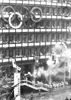 東京都庁に到着した第4コース(青森→岩手→宮城→福島→栃木→茨城→千葉→東京)の聖火=東京都千代田区で 1964年10月7日撮影
