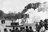 集火式で4コースの聖火を一斉に点火する実行委員。左端はギリシャのカッツェリ夫人=東京都千代田区の皇居前広場で 1964年10月9日撮影