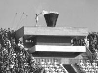 東京オリンピック開会式。聖火リレーの最終走者の坂井義則さんが聖火台へ駆け上がり、オリンピックの火を日本に灯した= 1964年10月10日、出版写真部撮影