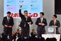 プロ野球ドラフト会議のくじ引きで早稲田実の清宮との交渉権を獲得し喜ぶ日本ハムの木田GM補佐(左から2人目)=東京都港区で2017年10月26日、西本勝撮影
