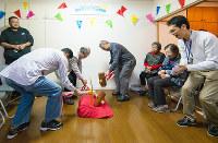 住民たちが見守る中、お別れのセレモニーとして行われた「棟下式」=大阪府吹田市で(提供写真)