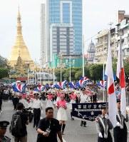「第22回世界のお巡りさんコンサートinミャンマー」でヤンゴン市内をパレードする警視庁音楽隊=2017年10月28日午前、松田嘉徳撮影