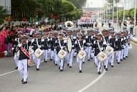 「第22回世界のお巡りさんコンサートinミャンマー」ヤンゴン市内をパレードするミャンマー警察音楽隊=2017年10月28日午前9時32分、松田嘉徳撮影
