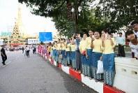 「第22回世界のお巡りさんコンサートinミャンマー」パレードを見物する人たち=ヤンゴン市内で2017年10月28日午前、松田嘉徳撮影