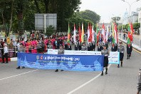 「第22回世界のお巡りさんコンサートinミャンマー」パレードの先頭を担当したミャンマー警察の女性警察官部隊=ヤンゴン市内で2017年10月28日午前、松田嘉徳撮影