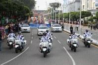 「第22回世界のお巡りさんコンサートinミャンマー」パレードを先導するミャンマー警察の白バイ部隊=ヤンゴン市内で2017年10月28日午前、松田嘉徳撮影