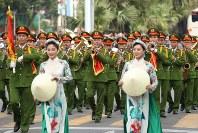 「第22回世界のお巡りさんコンサートinミャンマー」ミニコンサートで演奏するベトナム警察音楽隊=ヤンゴン市内で2017年10月28日午前、松田嘉徳撮影