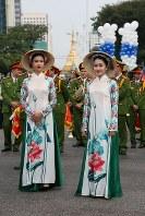 「第22回世界のお巡りさんコンサートinミャンマー」民族衣装のアオザイを身にまとったベトナム警察音楽隊員=ヤンゴン市内で2017年10月28日午前、松田嘉徳撮影