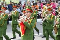 「第22回世界のお巡りさんコンサートinミャンマー」ヤンゴン市内をパレードするベトナム警察音楽隊=2017年10月28日午前、松田嘉徳撮影