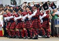 「第22回世界のお巡りさんコンサートinミャンマー」ヤンゴン市内を行進するバグパイプを持ったシンガポール警察音楽隊=2017年10月28日午前、松田嘉徳撮影