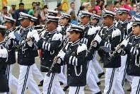 「第22回世界のお巡りさんコンサートinミャンマー」行進するミャンマー警察音楽隊=ヤンゴン市内で2017年10月28日午前、松田嘉徳撮影