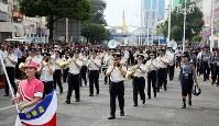 「第22回世界のお巡りさんコンサートinミャンマー」ヤンゴン市内をパレードする警視庁音楽隊=2017年10月28日午前、松田嘉徳撮影