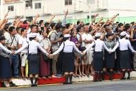 「第22回世界のお巡りさんコンサートinミャンマー」ミニコンサート会場に集まった多くの人たち=ヤンゴン市内2017年10月28日午前、松田嘉徳撮影