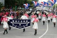 「第22回世界のお巡りさんコンサートinミャンマー」パレードする警視庁音楽隊員=ヤンゴン市内2017年10月28日午前、松田嘉徳撮影
