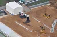 本格稼働が始まった中間貯蔵施設の土壌貯蔵施設=福島県大熊町で2017年10月28日午後2時5分、本社ヘリから竹内紀臣撮影