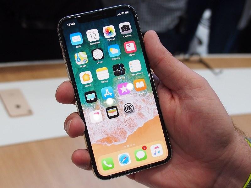 iPhone X。前面はほとんどフチがなく表示領域がこれまでより広い