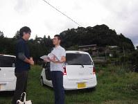 精神疾患を抱える人を訪問して支援する青木幸一さん(右)と野島和樹さん。2人で中山間地を回り、関係機関と連携しながら当事者を支える=浜松市天竜区で