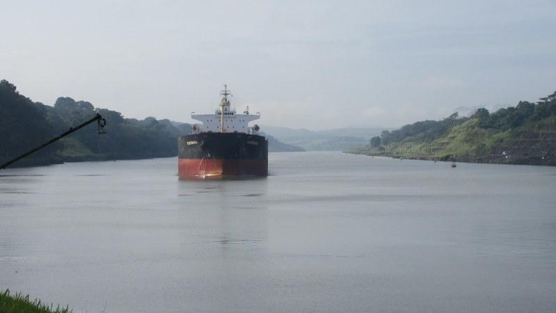 大きな河のようにも見えるパナマ運河。最近拡幅工事が完成した(写真は筆者撮影)